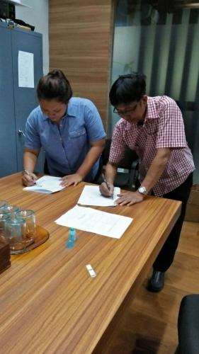 tanda tangan kontrak beasiswa kamajaya 12