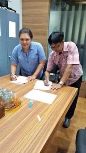 tanda tangan kontrak beasiswa kamajaya 4